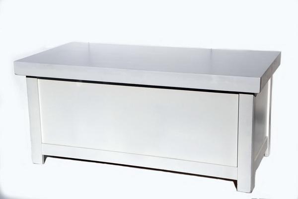 שולחן מזנון לבן עם חיפוי