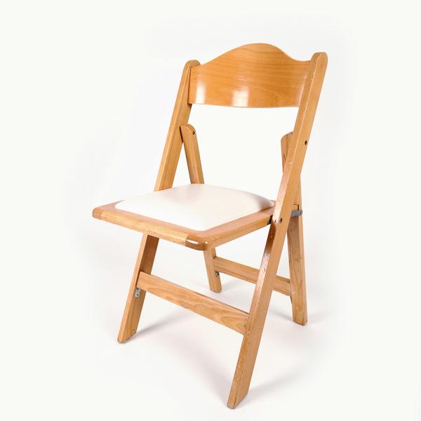 כסא עץ חום בהיר – כרית לבנה