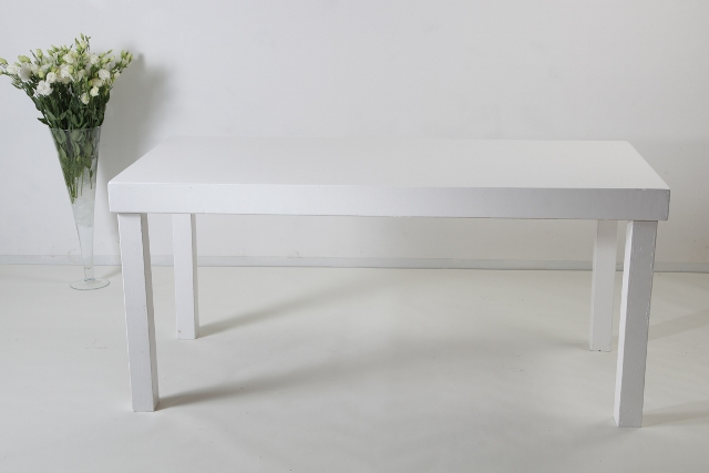 שולחן מזנון / אבירים לבן