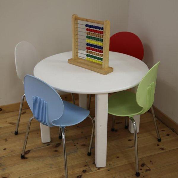 שולחן ילדים עם כסאות צבעונים